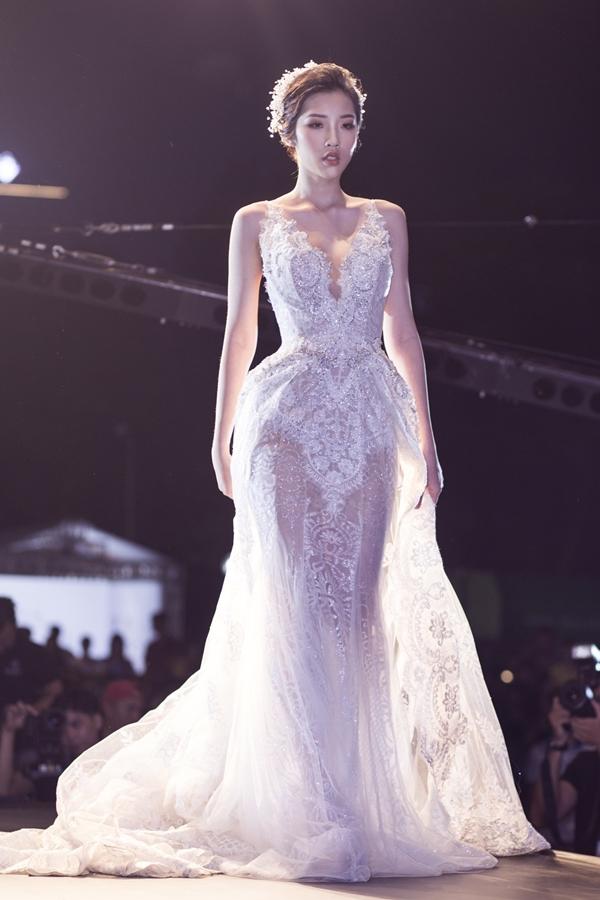 Kiểu dáng hai dây được vận dụng khéo léo vào trang phục cưới,cập nhậtxu hướng thời trang trên thế giới.