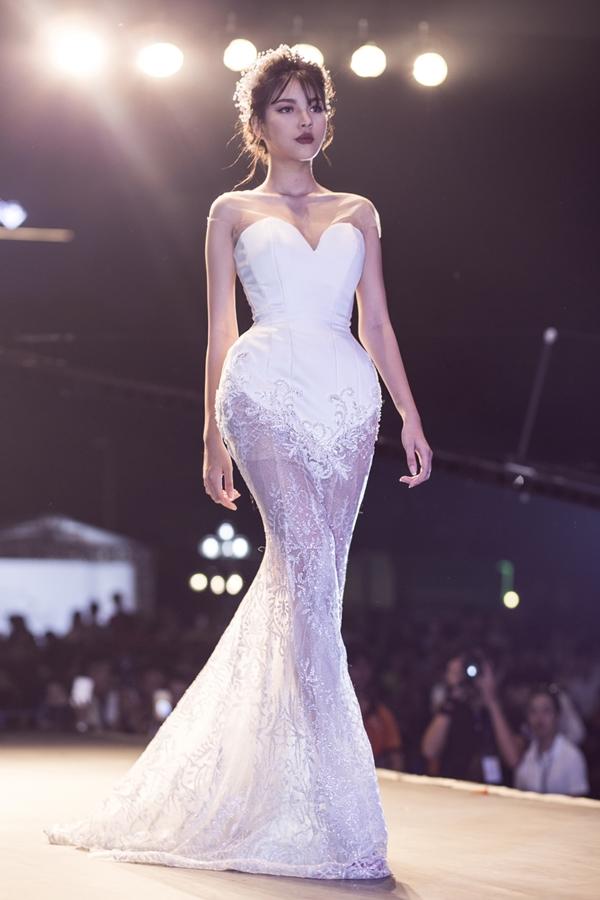 Một bộ váy gam màu trắng cổ điển dành cho cô dâu yêu thích sự đơn giản, thanh lịch.