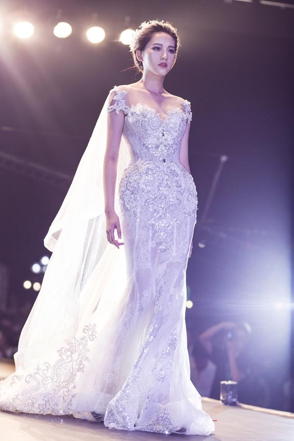 Họa tiết hoa rơi và trang sức đính kết là những nét riêng biệt giúp bộ váy của cô dâu trở nên sang trọng hơn trong ngày trọng đại.