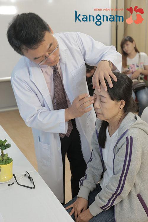 Theo bác sĩ Kobee Trần - thành viên Hiệp hội thẩm mỹ Hàn Quốc tại Việt Nam - bác sĩ phẫu thuật chính cho Như chia sẻ: Trường hợp của Như là căn bệnh hiếm gặp trên thế giới. Vì thế, việc can thiệp trẻ hóa rất khó và đòi hỏi rất nhiều kỹ thuật phức tạp. Tôi và các bác sĩ ở Bệnh viện thẩm mỹ Kangnam tích cực nghiên cứu và lựa chọn giải pháp phù hợp nhất cho Như để có thể mang đến cho bạn ấy tương lai tươi sáng.