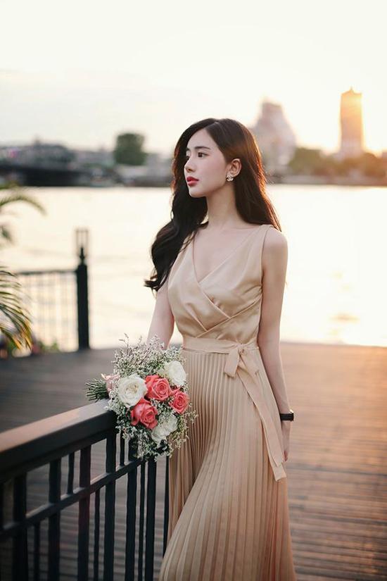 Kết hợp cùng phom dáng váy khai thác khoảng hở ý nhị, màu nude sẽ mang lại bộ cánh hợp mốt mùa hè cho phái đẹp.