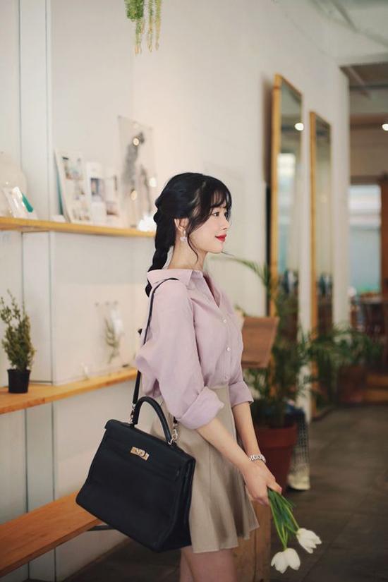 Sơ mi hồng tím lãng mạn được kết hợp cùng chân váy chữ A màu trung tính. Phong cách gợi cảm nhưng không kém phần thanh nhã cho các nàng công sở.