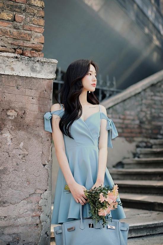 Chọn váy gợi cảm cùng tông màu dịu mắt là phương pháp giải nhiệt ngày hè được nhiều bạn gái yêu thích.