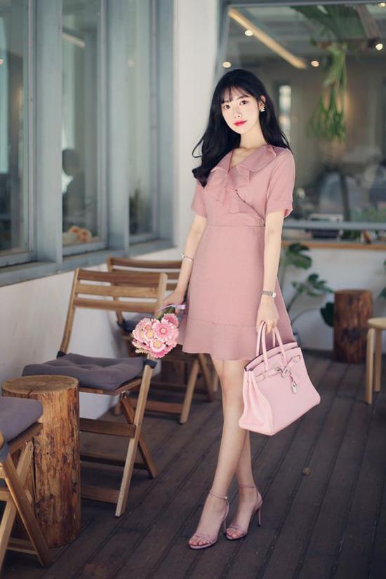 Hồng cánh sen đậm dễ khiến người mặc bị sến sẩm nhưng sắc hồng pastel lại mang đến hình ảnh thanh lịch.
