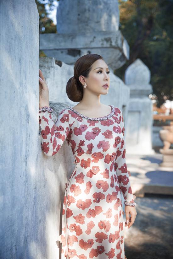 hoa hậu quý bà Thu Hoài đã chọn khoác lên mình những thiết kế áo dài mới nhất đến từ thương hiệu Công Trí để xuất hiện trong bộ ảnh thời trang