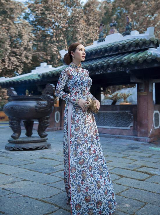 Bộ ảnh được thực hiện với sự hỗ trợ của art director Nguyễn Hoàng Anh, nhiếp ảnh Lê Thiện Viễn, trang điểm và làm tóc Kuny Lee.