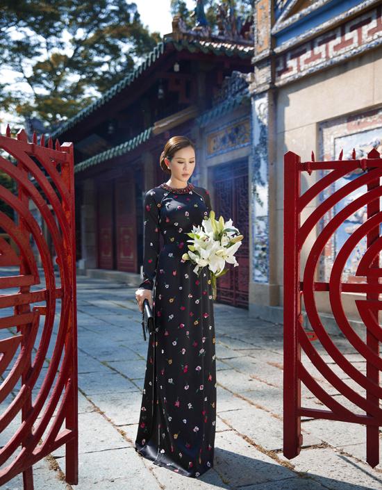 Giữa bối cảnh yên bình nhuốm màu thời gian của một ngôi chùa cổ, Thu Hoài đã thể hiện khá trọn vẹn cảm xúc hoài niệm quá ánh mắt và thần thái, tái hiện vẻ đẹp vàng son một thưở của phụ nữ Việt Nam.