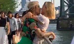 Justin Bieber ôm hôn bạn gái trong công viên