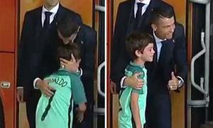 C. Ronaldo nhảy khỏi xe để an ủi fan nhí mếu máo khóc
