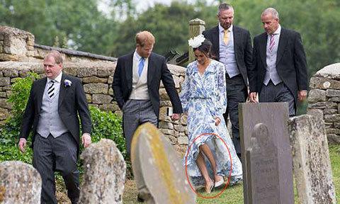 Hoàng tử Harry nắm chặt tay Meghan, cứu vợ khỏi bị trượt ngã