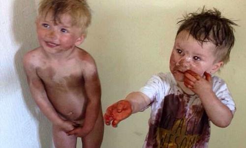Cậu bé 2 tuổi nhuộm kín bạn bằng bình xịt da nâu của mẹ