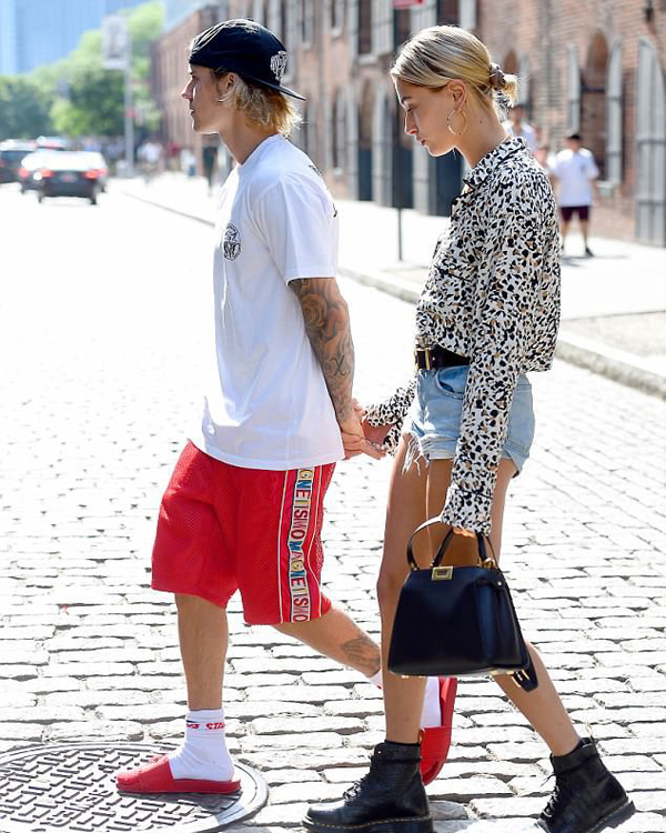 Justin Bieber và Hailey Baldwin đi ăn trưa ở nhà hàng Italy tại Brooklyn, New York hôm 17/6.