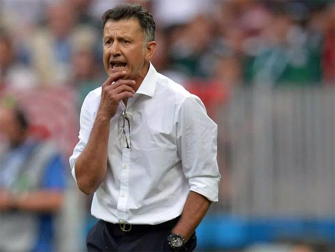 HLV Mexico được bạn mời tiệc sex tập thể sau trận thắng Đức - 1
