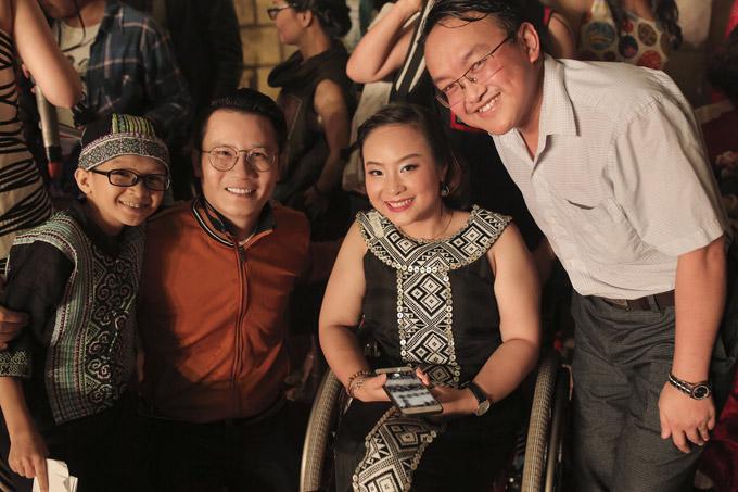 Hoàng Bách vui vẻ chụp hình lưu niệm cùng mọi người tại đêm nhạc.