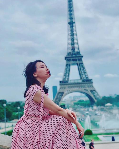 Bảo Thanh đang có chuyến du lịch châu Âu. Cô ghé thăm tháp Eiffel - biểu tượng của nước Pháp.