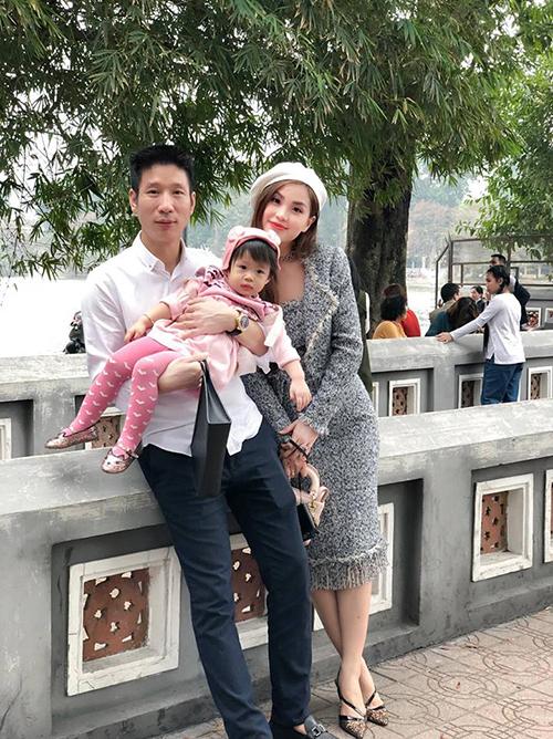 Diễm Trang cũng dành lời ngọt ngào cho chồng nhân ngày của cha: Cảm ơn anh đã trở thành người cha tốt của con gái chúng ta. Em rất tự hào khi có người chồng, người bạn tri kỷ, người thương để chia sẻ mọi điều trong cuộc sống.