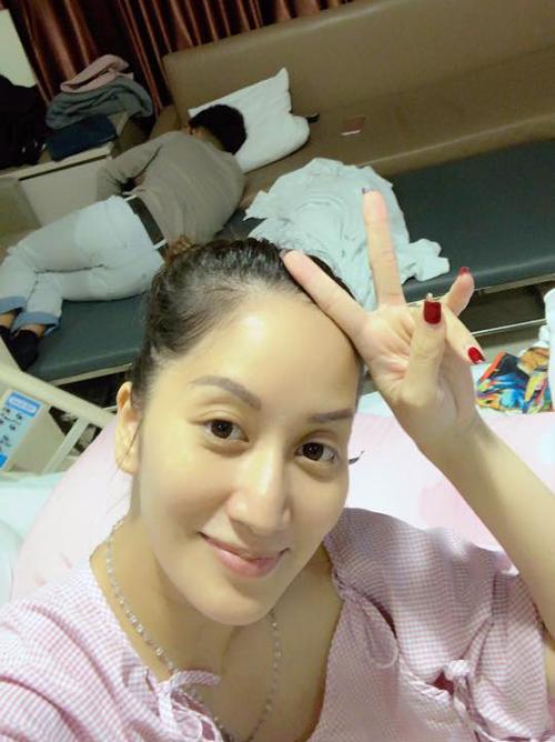Khánh Thi đăng ảnh Phan Hiển ôm Kubi ngủ trong bệnh viện khi vào chăm cô sau sinh. Bà mẹ hai con viết: Khi mẹ cần sự hỗ trợ của ba và sự động viên của con trai. Cả nhà mình cùng cố gắng.