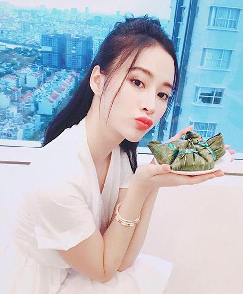 Angela Phương Trinh ăn bánh ú trong ngày Tết Đoan ngọ.