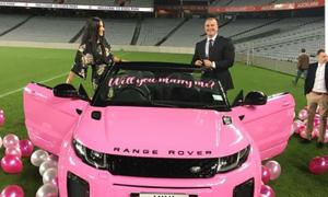 Màn cầu hôn của năm: Ngỏ lời bằng Range Rover hồng
