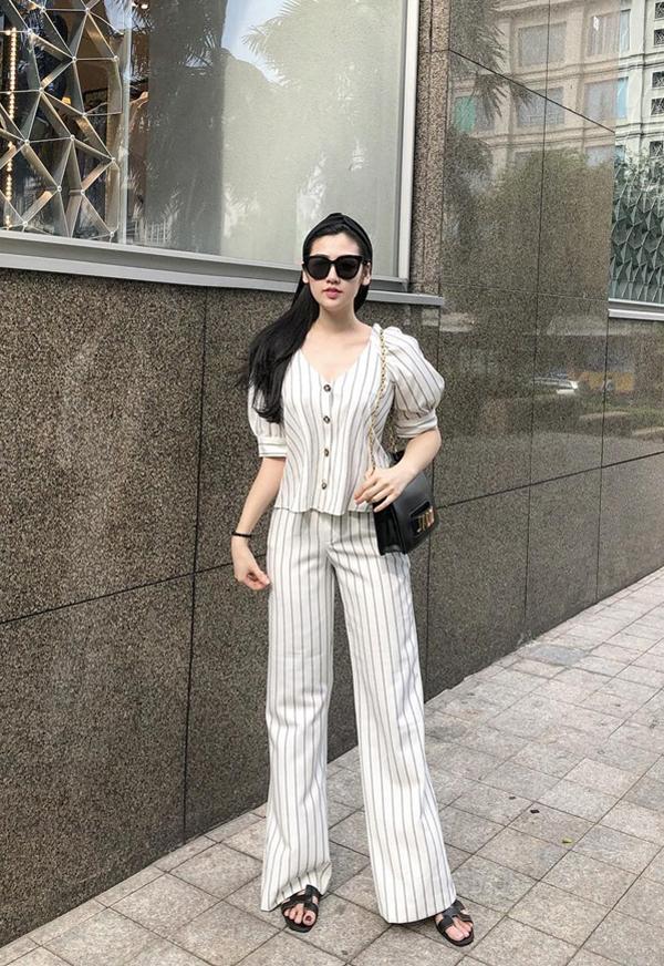 Tú Anh chọn túi đeo chéo Dior, dép da Hermes để phối cùng bộ suit kẻ sọc trắng đen thanh nhã.
