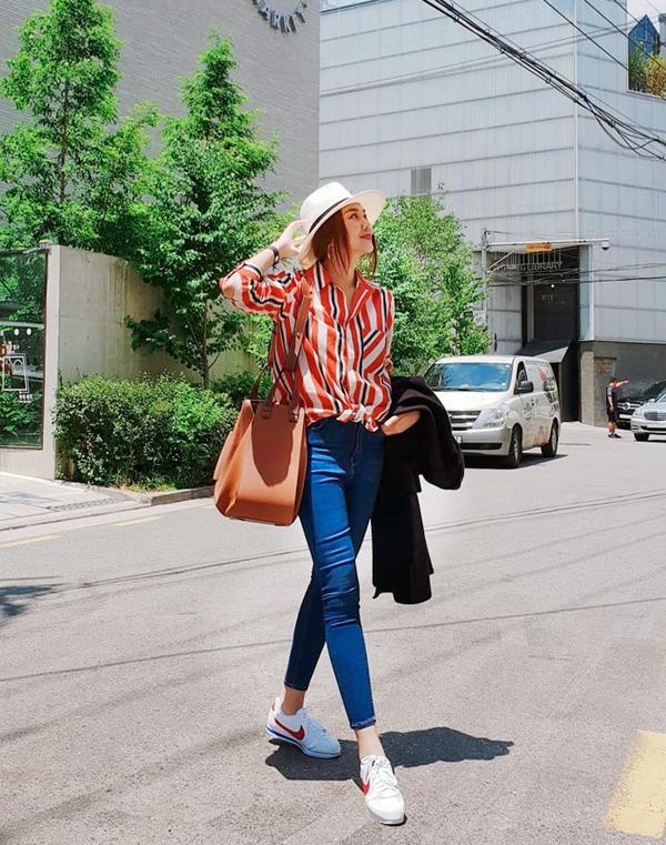 Họa tiết kẻ sọc bắt mắt tạo nên điểm nhấn cho set đồ dạo phố của Thanh Hằng. Bên cạnh đó siêu mẫu còn chọn mũ fedora, túi đeo vai to bản, giầy thể thao để hoàn thiện set đồ.