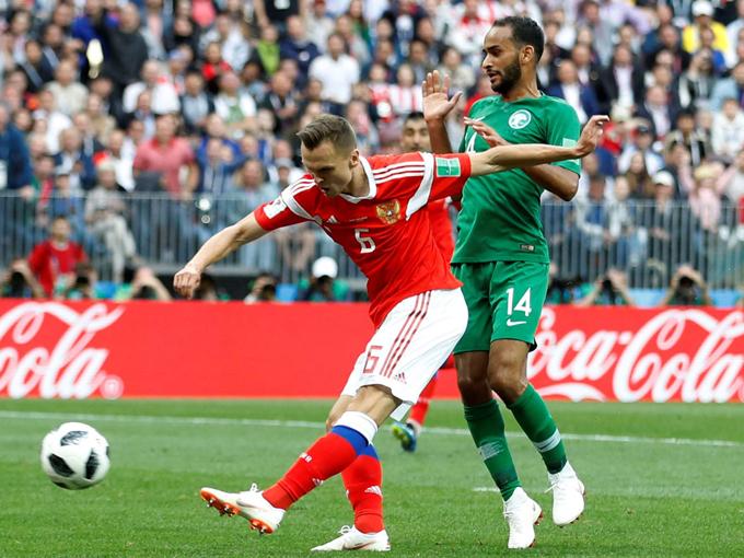 Đôi Saudi Arabia (áo xanh) thua đậm 0-5 trước đội tuyển Nga (áo đỏ) trong trận ra quân vào ngày 14/6. Ảnh: Sky News.