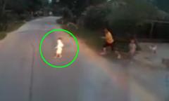 Em bé đột ngột lao ra đường ngay trước đầu ôtô