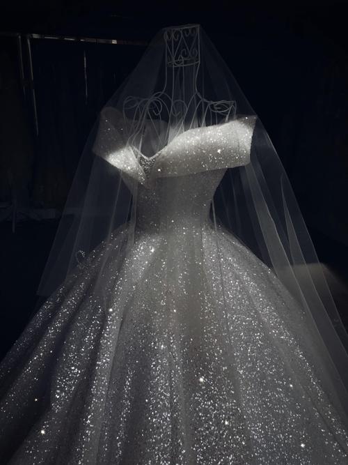 Như thể cả một bầu trời sao đã hội tụ về đây để giúp cô dâu tỏa sáng.