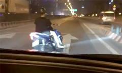 Xe máy đánh võng trêu ôtô trên đường vành đai Hà Nội