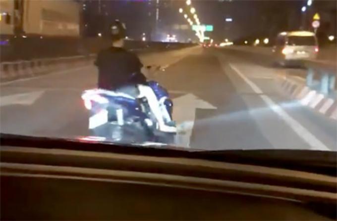 Nam thanh niên đánh võng áp sát đầu một xe ôtô. Ảnh cắt từ clip