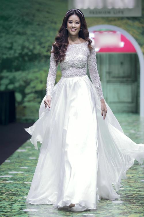 Chất liệu lụa satin có tính thẩm mỹ cao, bề mặt bóng mượt và được nhiều nhà thiết kế lựa chọn và sử dụng để may váy cưới.