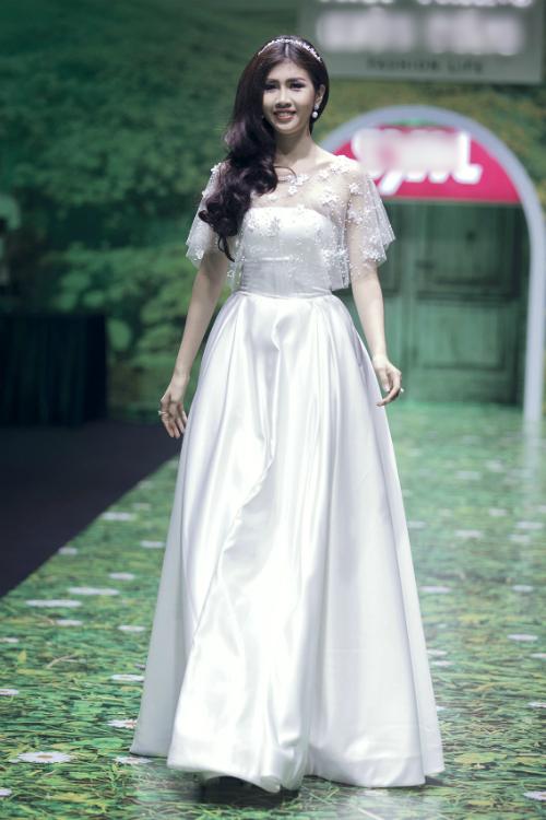 Cô dâu diện váy quây cúp ngực điệu đàcùng áo cape ngắn được thêu hoa nổi.