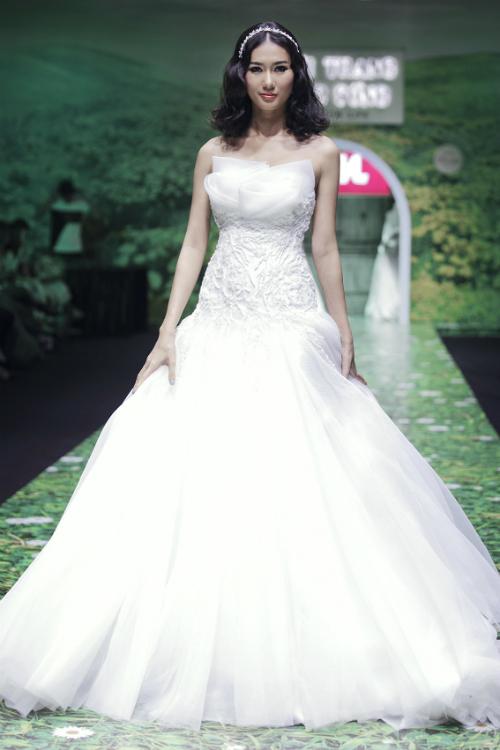 Váy cưới trắng tinh khôi cho nàng dáng chuẩn