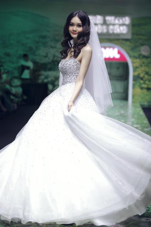 Mẫu váy xòe lấy cảm hứng từ các vì sao. Thiết kế cúp ngực phù hợp với các nàng có bờ vai thon thả.