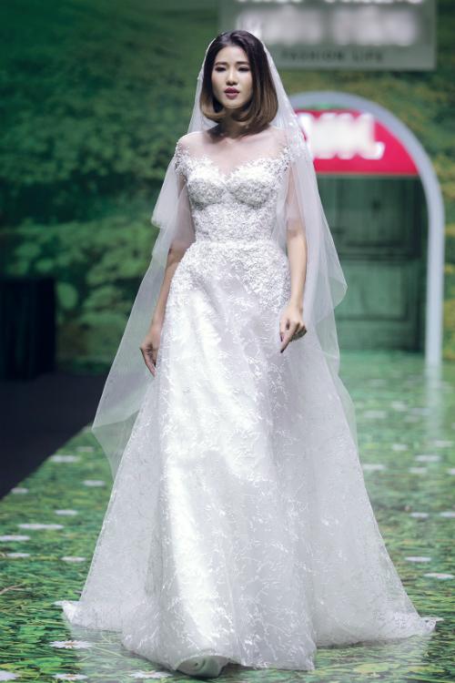 Cô dâu tóc ngắn thêm nữ tính khi khoác lên mình chiếc voan mỏng nhẹ. Áo cưới trễ vai,thiết kếcổ hai trong một mờ ảotiếp tục lên ngôi trong thời trang cưới năm nay.