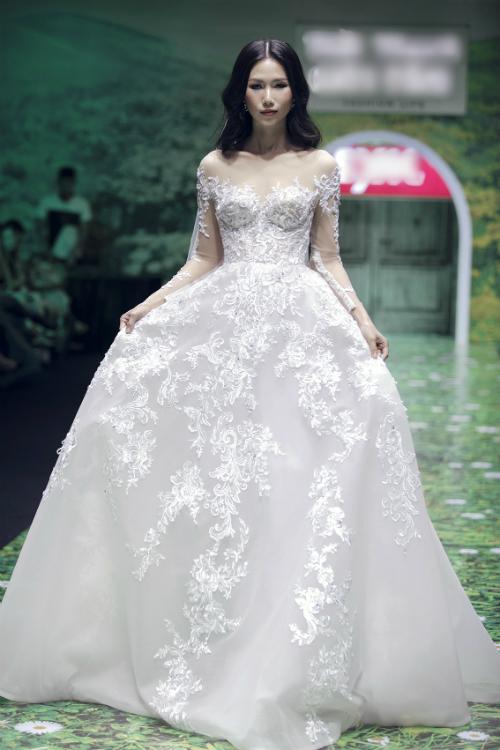 Một mẫu váy đầy sang trọng với hoa văn được thêu nổi trên thân váy.
