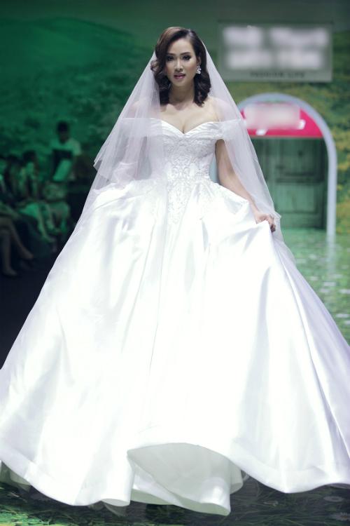Người mẫu Diệu Huyền diện chiếc váy trễ vai chỉ cóhọa tiết ở phần thân trên thu hút ánh mắt của người đối diện.