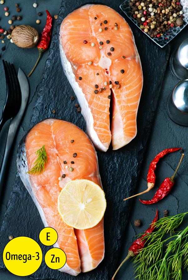 Các loại cá giàu axit béo omega 3 như cá hồi, cá thu, cá trích, cá ngừ, cá mòi rất tốt cho làn da.