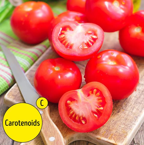 Cà chua, ngoài việc là một nguồn vitamin C tốt, chứa các carotenoids lớn như lycopene, lutein, alpha-carotene và beta-carotene. Chất chống oxy hóa carotenoids được biết là để bảo vệ làn da của bạn khỏi ánh nắng mặt trời và chúng ngăn ngừa nếp nhăn. Chúng cũng tự nhiên chống viêm.