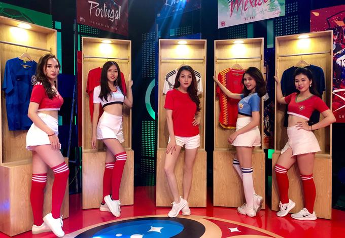 Dàn hot girl với trang phục thể thao chụp ảnh cùng người đẹp Thái Nhiên Phương.