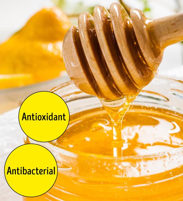 Mật ong là chất kháng khuẩn, chất chống oxy hóa và chất giữ ẩm tự nhiên, vì vậy không có gì lạ khi nó có lợi cho da. Mặc dù thường được sử dụng trong mặt nạ tự làm và bôi tại chỗ để giảm viêm, điều trị mụn và giữ ẩm cho da khô, ăn mật ong cũng là một ý tưởng hay, đặc biệt nếu bạn thay thế đồ ngọt khác bằng nó.