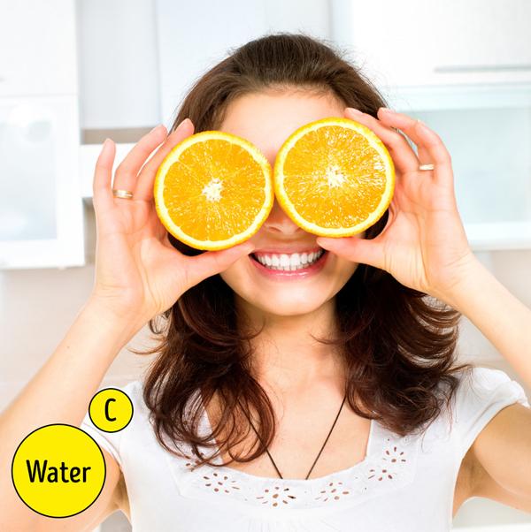 Hai lý do khiến cam là loại quả rất tốt cho làn da là cam rất giàu vitamin C và nước. Nước làm da mềm mại từ bên trong còn vitamin C giúp làm trắng và chống lão hóa cho da.