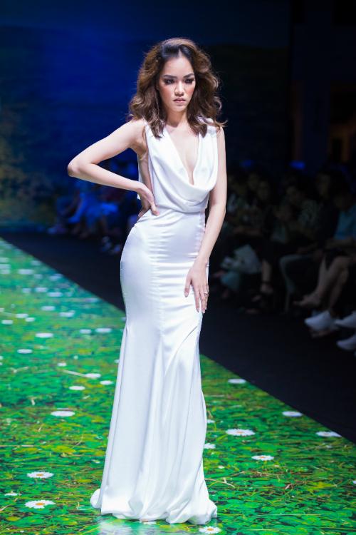 4. Váy cưới Sheath với chân váy gọn gàng và cổ đổ. Chiếc cổ váy phù hợp với nhiều dáng người, đặc biệt là dáng người quả lê (trên nhỏ, dưới to), nó làm bờ vai trông rộng hơn và cân đối hai phần trên dưới cơ thể. Người có thân hình quả táo (trên to, dưới nhỏ)không nên mặc cổ này vì sẽ làm vai to hơn, thân trên rộng hơn.