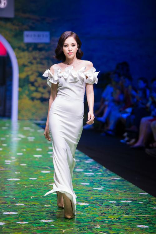 Váy trễ vai với bèo xoắn nhún. Vìchiếc váy có ít họa tiết nên khi diện, cô dâu sẽ không lo bị sến.
