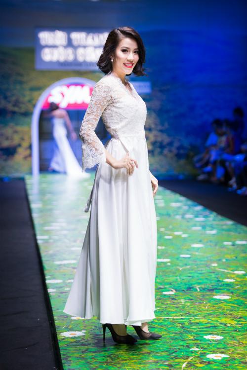 2. Mẫu váy dạng cột (column): Váy cưới dạng cột đứng được may ôm nhẹ ở thân trên và xòe nhẹ xuống dưới, có độ rủ tinh tế, mềm mại. Các chi tiết ren hoa văn được thêu nổi giúp cô dâu thêm nữ tính.