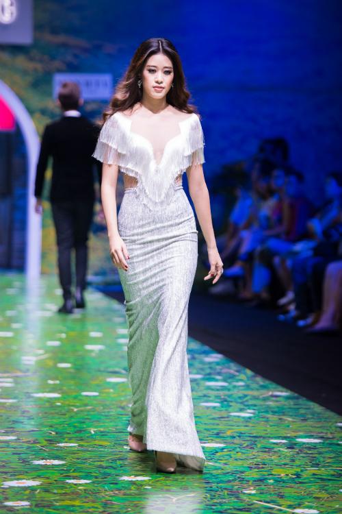 Nhà thiết kế tạo dáng váy dài dễ di chuyển với điểm nhấn là các lớp tua rua và cổ xẻ ngực lạ mắt.