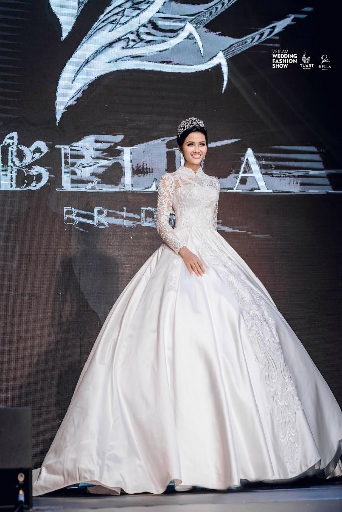 Tối 16/6, tại phố đi bộ Hồ Gươm, Hoa hậu HHen Niê xuất hiện với vai trò vedette trong bộ sưu tập Hidden Charm của thương hiệu Bella Bridal tại Vietnam Wedding Fashion Show 2018.