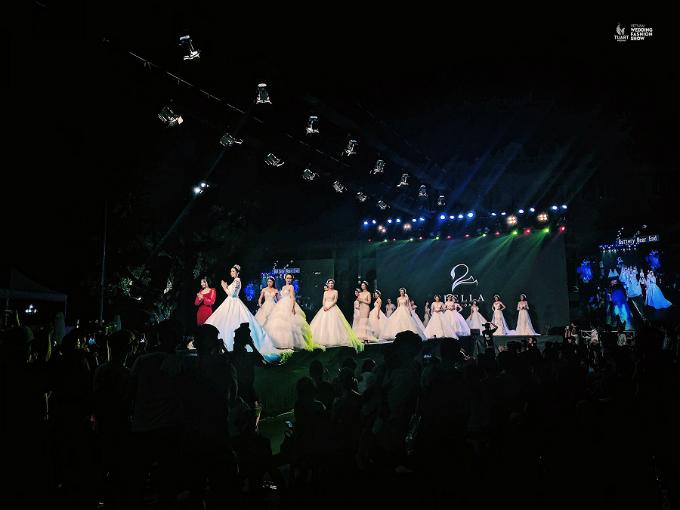 Nhà thiết kế Tô Phương Anh, Hoa hậu HHen Niê cùng dàn người mẫu xuất hiện trong màn chào kết của chương trình.