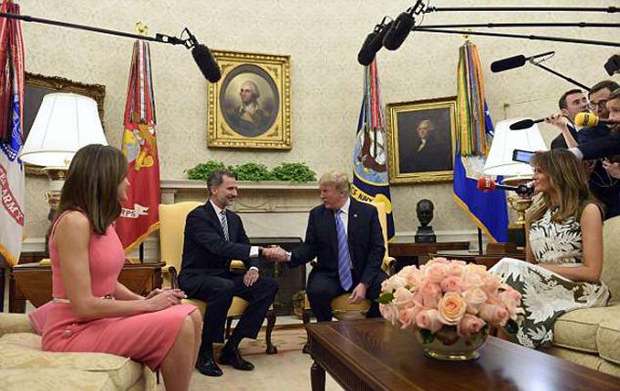 Trong khi hai nhà lãnh đạo có cuộc họp kéo dài 30 phút ở phòng Bầu Dục, bà Melania mời Hoàng hậu Letizia dùng tiệc chiều ở căn phòng Đỏ. Hai người phụ nữ quyền lực gây chú ý bởi phong cách, gu ăn mặc sang trọng, thanh lịch.