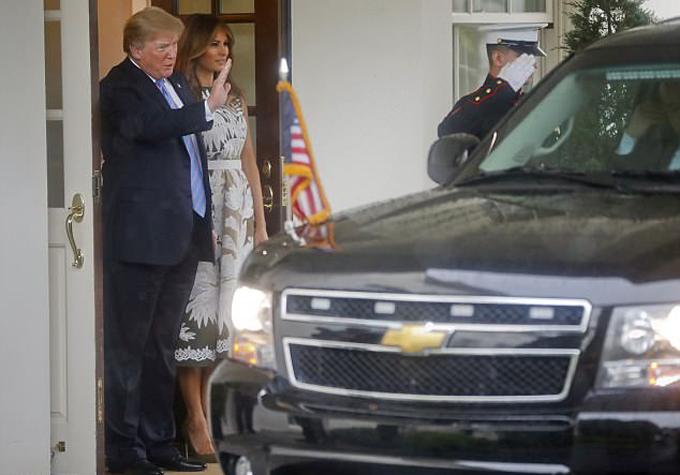 Kết thúc cuộc tiếp đón, vợ chồng ông Trump tiễn xe chở Vợ chồng đức vua Felipe VI rời tòa Bạch Ốc.